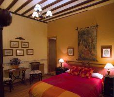 Almedina: un dormitorio cálido y nostáligico