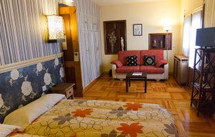 Uno de los amplios dormitorios de La Casona