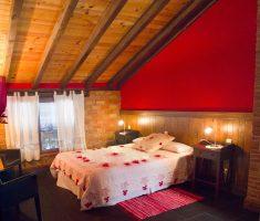 Villanueva de la Fuente: dormitorio doble color rojo, muy pasional…